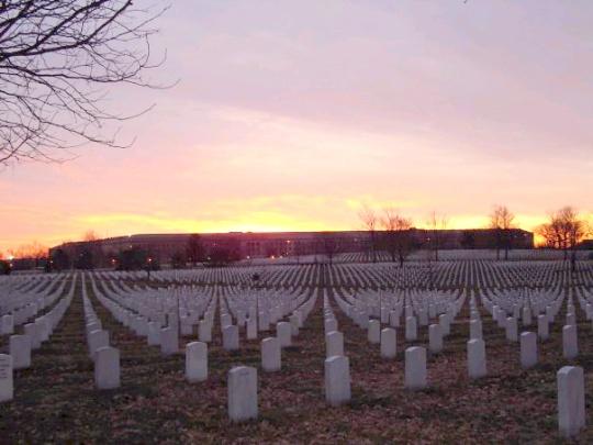 soluppgång m Pentagon i bakrunden, samma sida som planet flög in i..bmp
