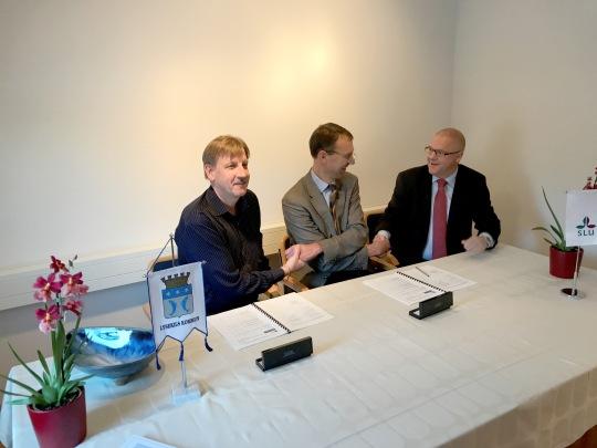 Handslag avtalsskrivning Svea